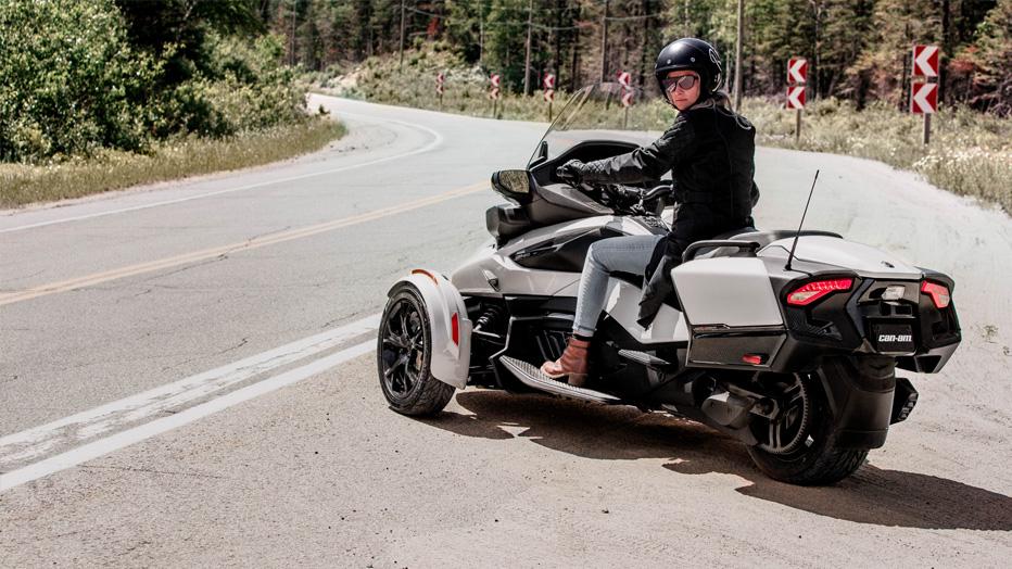 Femme sur un Can-Am Spyder RT au bord de la route