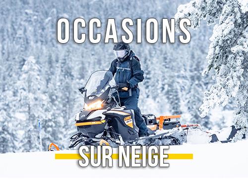 L'homme conduit une motoneige Lynx en hiver profond